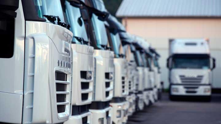 Frota de caminhões estacionados.