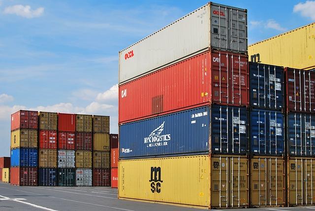 Containers de carga cobertos por seguro.
